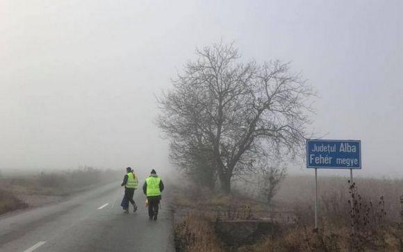 Ion Mărgineanu és egyik útitársa átlépi Fehér megye határát
